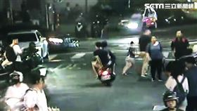 北市2名少年在景美夜市圍毆外送員後逃離現場。(圖/翻攝畫面)