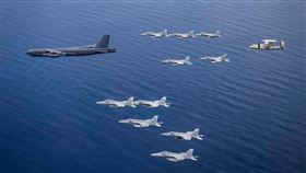 美軍B-52戰機部署南海畫面曝(圖/翻攝美國太平洋艦隊臉書)