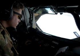 美國太平洋空軍:「死亡天鵝」的美軍B-1B槍騎兵轟炸機2架次,前往美軍關島基地部署,將持續維護印太區域安全穩定的承諾。(圖/翻攝U.S. Pacific Air Forces臉書)