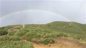 登山客攀合歡山北峰 遇冰雹同時現彩虹直呼特別一群來自台北市的登山客日前攀登合歡山北峰要下山時,剛好遇到下冰雹又出現彩虹的特別景色,眾人直呼很特別,是難得經驗。(翻攝照片)中央社記者吳哲豪傳真 109年7月18日