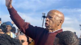 路易斯一生都在為了非裔族群爭取平權。(圖/翻攝自John Lewis推特)  https://twitter.com/repjohnlewis/status/1234277472776183810/photo/1