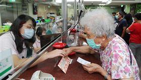 民眾郵局購買三倍券(1)因應紙本振興三倍券申購的第一個週六,中華郵政18日有1269家郵局全天加班營業,不少民眾上午前往郵局臨櫃購買。中央社記者張皓安攝 109年7月18日