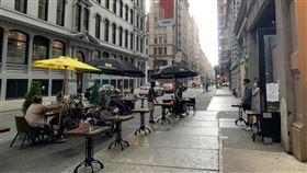 紐約兼顧經濟與防疫  戶外用餐成新景觀紐約市經濟重啟第二階段開放戶外用餐,獲准的餐飲業者可占用人行道與部分街道擺放桌椅。圖為6月29日曼哈頓熨斗區景觀。中央社記者尹俊傑紐約攝  109年7月2日