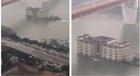 ▲長江驚見一棟5層樓高的房子竟然「水上漂」。(圖/翻攝《每日關心三峽大壩狀況》臉書)