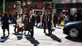 日本上班族,走路。(圖/翻攝自pixabay)