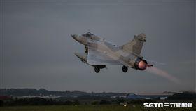 漢光第二天/空軍第二聯隊幻象戰機清晨緊急起飛,執行聯合防空作戰任務。(圖/國防部提供)
