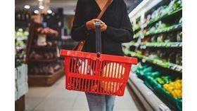 購物籃底一張紙條讓女顧客瞬間振作起來。(圖/翻攝自Getty Images)