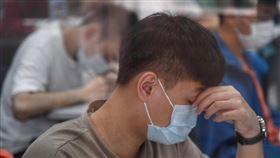 大學指考登場  戴口罩量體溫(2)往年固定於7月1日到3日舉辦的指考,今年因應疫情延後於7月3日到5日舉行。3日舉行第一天考試,考生進入各分區時,應出示入場識別證及應試有效證件正本,應試時,需全程配戴口罩。中央社記者王飛華攝  109年7月3日