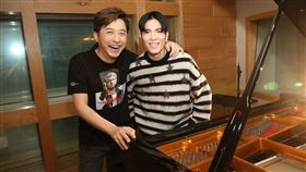 庾澄慶(哈林)邀請到「老蕭」蕭敬騰獻聲合唱。(圖/福茂唱片提供)