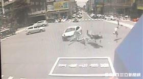 台中車撞飛重機/翻攝畫面