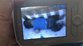 神秘白影一晃過去,寶寶就醒了。(圖/翻攝自reddit討論區)