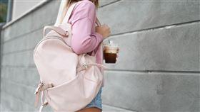 女生包包總是非常重。(圖/翻攝自pixabay)