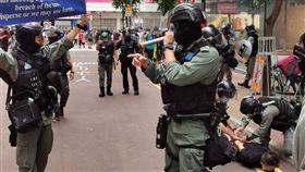 港警驅趕並逮捕示威者「港區國安法」6月30日深夜生效後,不少港人7月1日在銅鑼灣崇光百貨一帶遊行抗議。圖為下午2時許,警方驅趕附近聚集的人士,並逮捕一名示威者。中央社記者張謙香港攝 109年7月1日