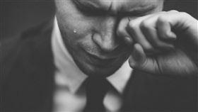男子哭泣,想哭。(示意圖/翻攝自Pixabay)