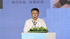雙城論壇  柯文哲:一家親比一家仇好台北上海雙城論壇22日上午在晶華酒店登場,台北市長柯文哲(圖)致詞時表示,他處理兩岸事務的態度就是「務實」,兩岸交流比斷流好、合作比對抗好、一家親比一家仇好,並主張五個互相。中央社記者張皓安攝  109年7月22日