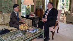 羅冠聰今(22)天跟出訪英國的美國國務卿蓬佩奧(Mike Pompeo)會面,他說,籲國際社會連成一線,應對中共威權擴張。(圖/翻攝自羅冠聰臉書)