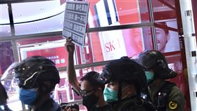 國安法發酵  香港自由民主法治指標創新低21日發布的民調結果顯示,「港區國安法」實施後,香港5項核心指標均告下跌;其中,自由、民主和法治指標創1997年有記錄以來新低。圖為21日在元朗一座商場,一名示威者被港警逮捕後,仍堅持舉起抗議標語。(中通社提供)中央社  109年7月22日