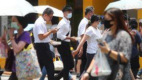 6月失業率下降(2)行政院主計總處22日發布6月失業率為3.96%,較上月下降0.11個百分點。圖為台北街頭上班族。中央社記者王騰毅攝 109年7月22日