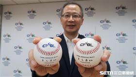 中職下半季新用球為藍色字體,上半季為黑色字體。(圖/記者王怡翔攝影)