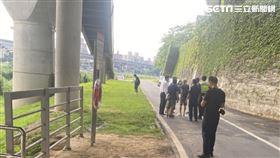 台北市南湖大橋下發現浮屍,死者身分竟是北市府都發局收賄業務曾華崇。(圖/讀者提供)