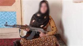 ▲阿富汗少女手AK-47照片爆紅。(圖/翻攝自臉書)