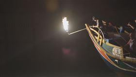 ▲磺火捕魚,台語稱為蹦火仔,是新北金山流傳百年歷史的傳統捕魚方式。(圖/新北市政府文化局提供)