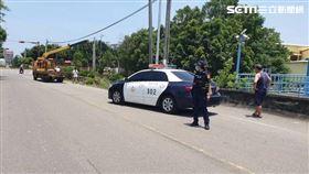 苗栗縣黃女開車不慎衝進菜園被警救出。(圖/翻攝畫面)
