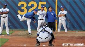 ▲ 富邦悍將投手教練吳俊良。(圖/記者劉彥池攝影)