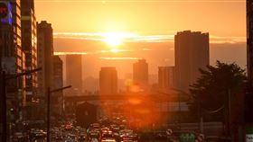 台北懸日美景再登場(2)台北市區30日傍晚再現懸日,橘色夕陽餘暉布滿天際,美麗景象吸引不少攝影迷前往拍攝留念。中央社記者吳家昇攝 109年4月30日