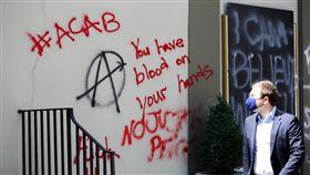 示威動亂過後  美國首都華府變成什麼模樣非裔男子遭警方壓頸致死引發全美示威動亂,這把火也燒至首都華府。經歷一夜抗爭後,白宮外建築物牆面佈滿塗鴉,柵欄上也掛著「沒有正義,沒有和平,佛洛伊德請安息」的紙板。中央社記者徐薇婷華盛頓攝  109年6月2日