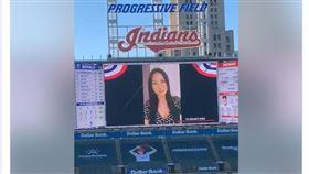 張育成老婆登上球場大螢幕為張育成加油。(圖/翻攝自張育成粉絲團)