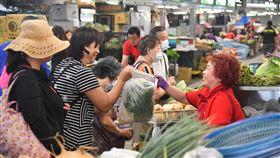 環南中繼市場開幕 民眾開心買菜台北市環南中繼市場25日開幕,提供採買民眾乾淨舒適的購物空間,不少民眾一早就到場搶購蔬果。中央社記者林俊耀攝 109年7月25日