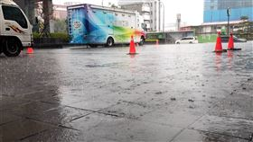 台北市下起大雨。(圖/讀者提供)