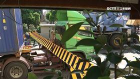 天天上班的路!聯結車因橋墩新裝限高鋼梁車身卡住