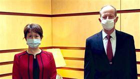 駐美代表蕭美琴(左)日前正式赴美履新,27日與美國國務院亞太助卿史達偉會晤。(圖/翻攝自twitter.com/TECRO_USA)