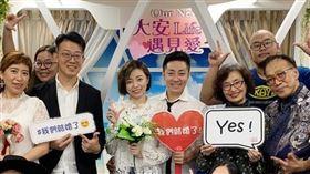 王瞳與艾成在教友們見證下登記結婚。(圖/翻攝自王瞳臉書)