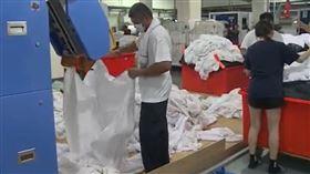 台東洗衣工廠忙翻,找來受刑人加入行列。(圖/記者王浩原攝影)