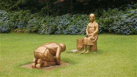韓國銅像遭指影射安倍跪慰安婦 日:衝擊兩國關係(圖/路透社/達志影像)