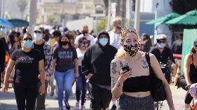 美疫情未退  加州海灘湧現人潮