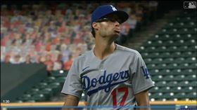 ▲道奇投手凱利(Joe Kelly)三振柯瑞亞(Carlos Correa)做鬼臉,兩隊板凳清空。(圖/翻攝自MLB官網)