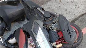 車被推倒!他怒PO網抱怨…老司機一看「車廂亮點」邪笑了