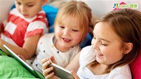 名家專用/NOW健康/因應暑假,許多學童在家可能長時間觀看電視、手機或平板,鄭涵之醫師特別說明,判斷用眼對視力的傷害需評估「載具大小」、「使用距離」及「時間」3因素。(勿用)