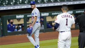 ▲道奇投手凱利(Joe Kelly)三振柯瑞亞(Carlos Correa)噴垃圾話,兩隊板凳清空。(圖/美聯社/達志影像)