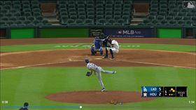 ▲道奇投手凱利(Joe Kelly)對柯瑞亞(Carlos Correa)投近身球。(圖/翻攝自MLB官網)
