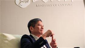 李永得談藝文紓困3.0構想對於曾提出藝文紓困3.0可能以補助藝文團體到全台各地演出,不過表演藝術圈卻有不同的看法,文化部長李永得接受中央社專訪時表示,「這只是一個構想」,並非最後的定案。中央社記者吳家昇攝 109年7月16日
