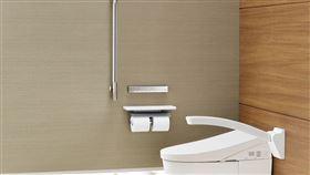 ▲高齡健康者居家舒適衛浴方案,選用全自動馬桶,自動感應沖水或以遙控器操作。(圖/業者提供)