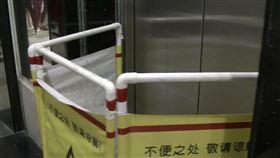 電梯失速狂衝!他3秒飛天「撞碎不鏽鋼燈架」重摔骨折 圖/翻攝自南方都市报