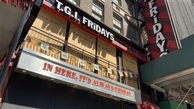 疫情陰影籠罩  紐約餐廳難復業拖累復甦美國商務部30日公布,第2季經濟折合年率萎縮32.9%,打破紀錄。紐約時報廣場附近的星期五美式餐廳持續停業,凸顯新型冠狀病毒疫情期間景氣難以復甦。中央社記者尹俊傑紐約攝  109年7月31日