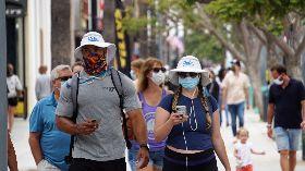 美國疫情未解  民眾戴口罩逛街
