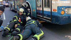 台北市復興北路女騎士遭公車輾過命危送醫。(圖/翻攝畫面)